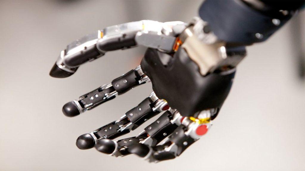 Американец протестирует новую бионическую руку, управляемую силой мысли