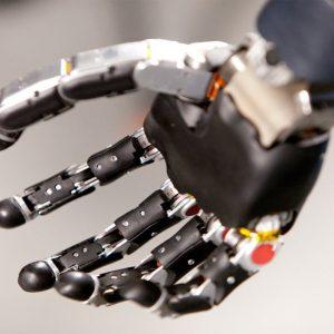 Американец тестирует бионическую руку, управляемую силой мысли