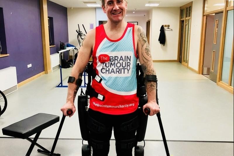 Британец с парализованными ногами преодолел марафон